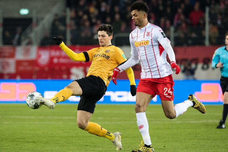 Jannis Nikolaou ist mit dem langen Bein vor dem Regensburger Aaron Seydel am Ball.