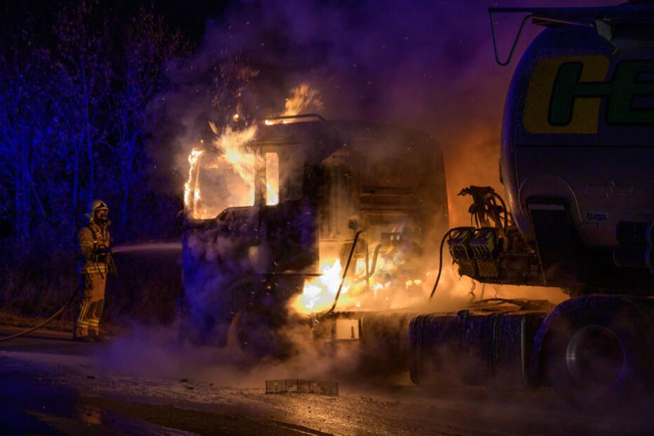 Meterhoch schlugen die Flammen aus dem Laster.