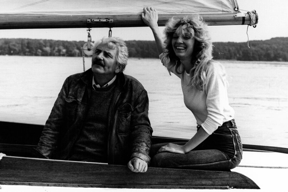 """Herrmannn Zschoche beim Dreh für """"Die Alleinseglerin"""" (1987). Hier mit Hauptdarstellerin Christina Powileit gemeinsam im Boot."""
