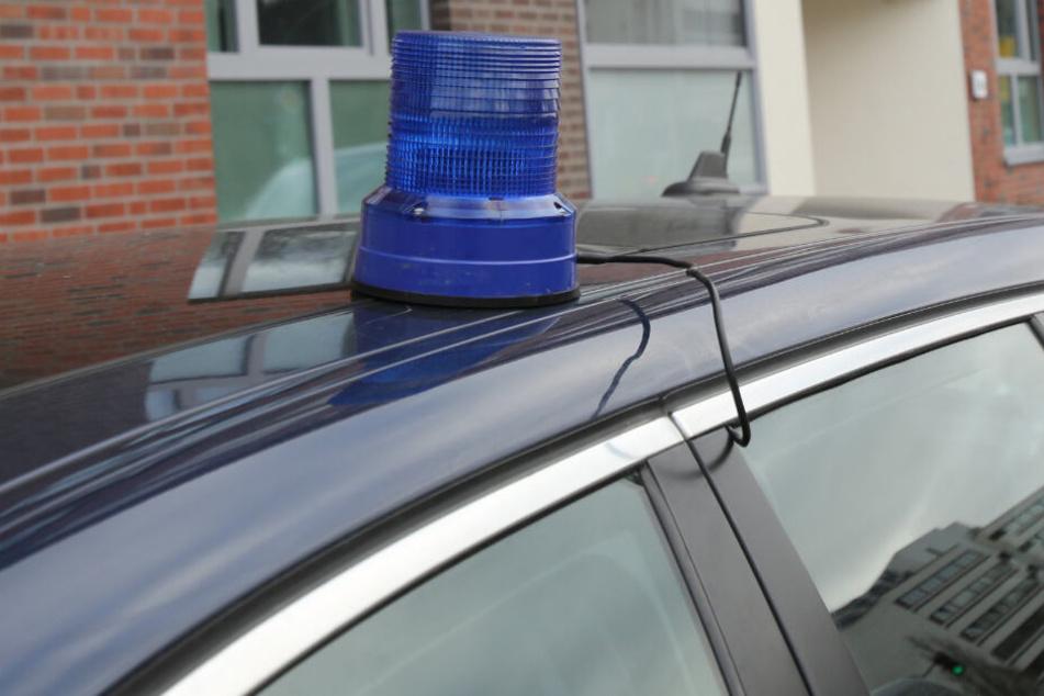 Der Mann montierte auf seinem Autobach ein Blaulicht, um den Eindruck eines Einsatzfahrzeugs zu erwecken. (Symbolbild)