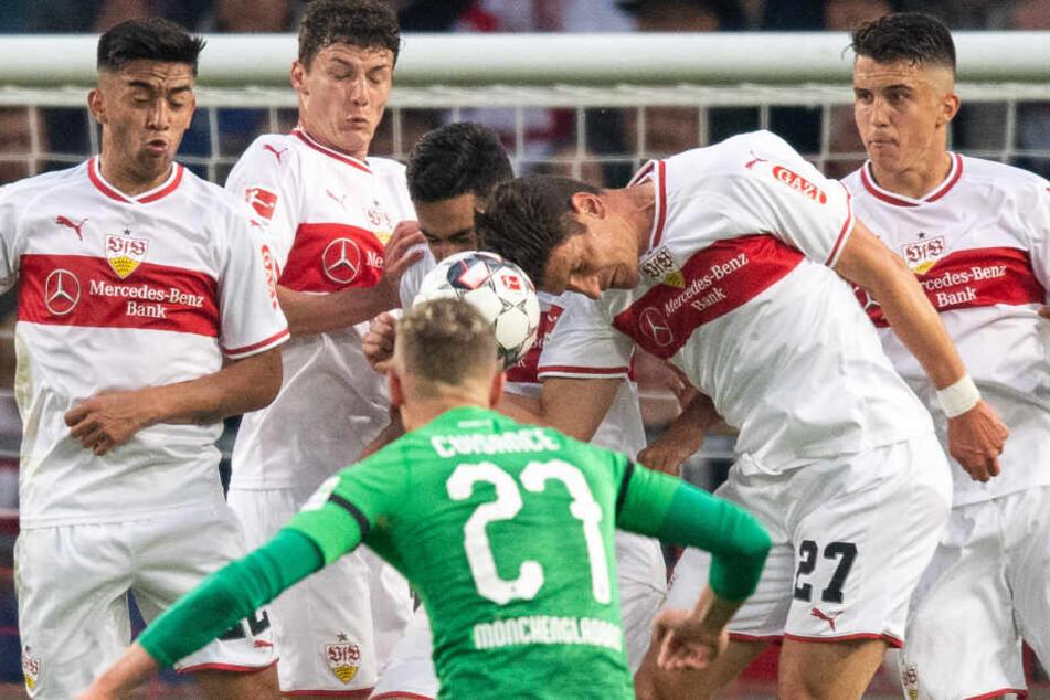 Die VfB-Mauer blockt mit aller Macht den Freistoß des Gladbachers Mickael Cuisance: (l-r) Nicolás González, Benjamin Pavard, Ozan Kabak, Mario Gomez und Marc Oliver Kempf.