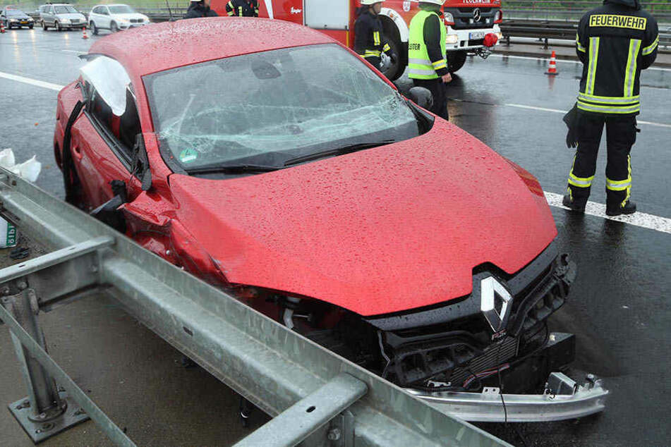 Vier Verletzte! Renault kracht nach Crash auf der A4 in Leitplanke