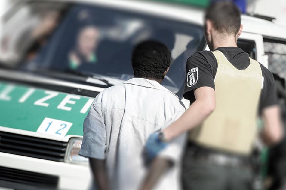 Mann verletzt Polizistin schwer und schließt sich in Streifenwagen ein