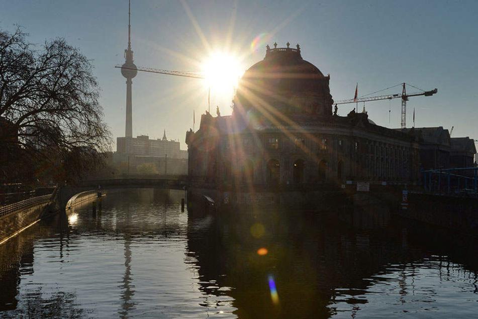 In Höhe des Bodemuseums sprangen die Touristen am Sonntagmorgen in die Spree. Einer ist nun tot (Symbolbild).