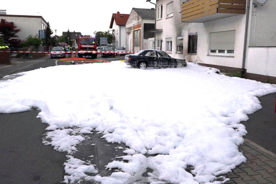 Der Bereich rund um das Auto musste aufgrund der Explosionsgefahr abgesperrt werden.