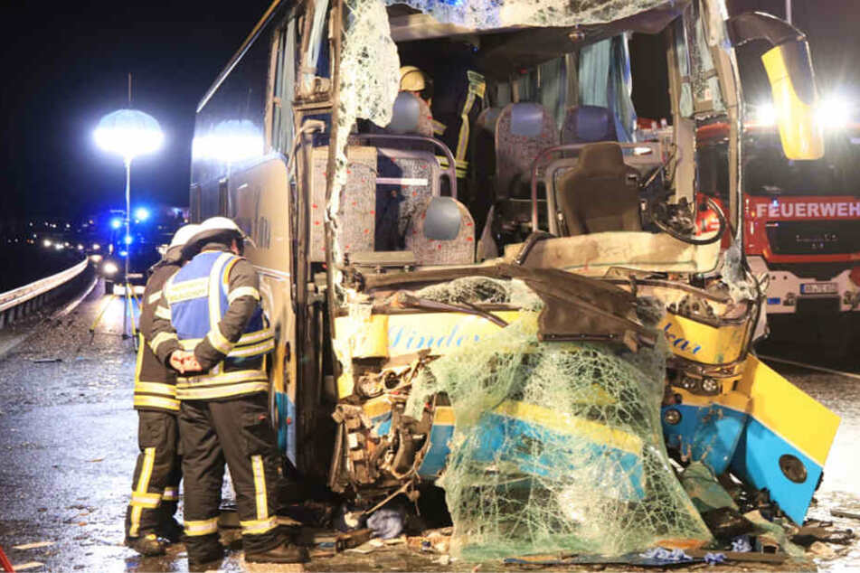 Der Bus fuhr frontal auf den Sattelschlepper auf.