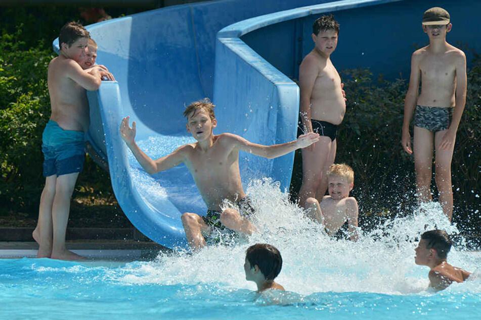 Letzte Woche lief hier nix: Junge Badfest-Gäste hatten gestern an der Wittgensdorfer Wasserrutsche Spaß.
