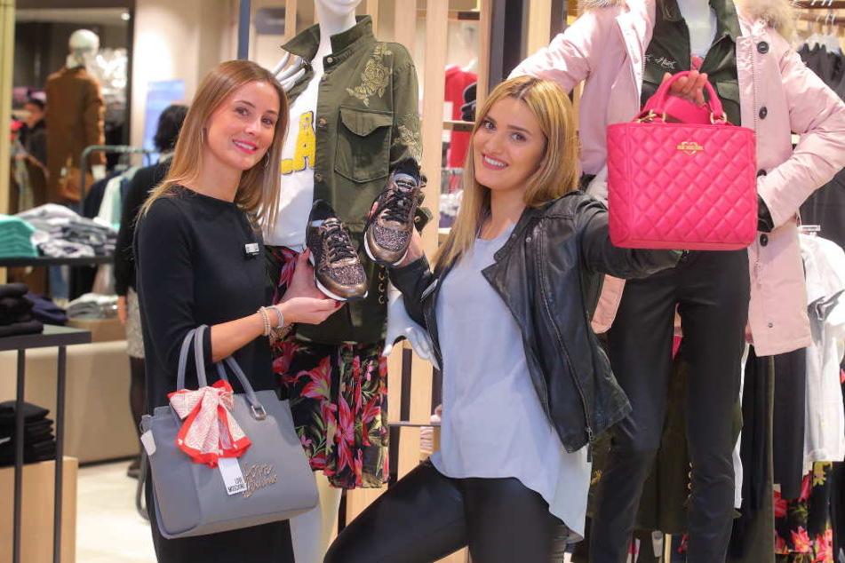 Rabattschlacht im AppelrathCüpper. Filialleiterin Sanja Hafke (29, l.) und Verkäuferin Gülhan Arslan (26) freuen sich schon.