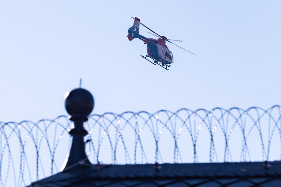 """Ein Polizeihubschrauber verlässt die Haftanstalt """"Santa Fu"""" Fuhlsbüttel mit dem Terror-Helfer Mounir El Motassadeq an Bord."""