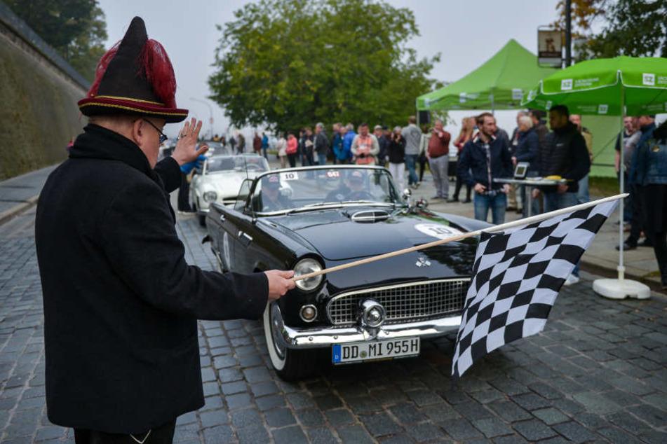 Der Nebel am Morgen lichtete sich schnell: Die 5. Rallye Elbflorenz startete und endete am Dresdner Terrassenufer.