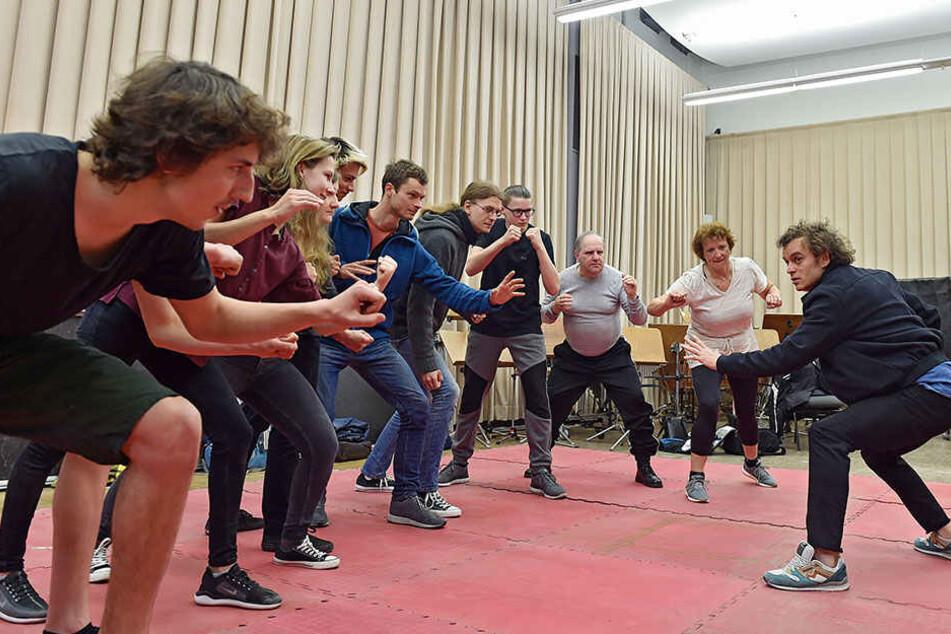 Zehn gegen einen und gar nicht feige: Winnetou-Darsteller Michael Berndt-Canana (39) lernte seine potenziellen Kollegen schon mal auf der Matte kennen.