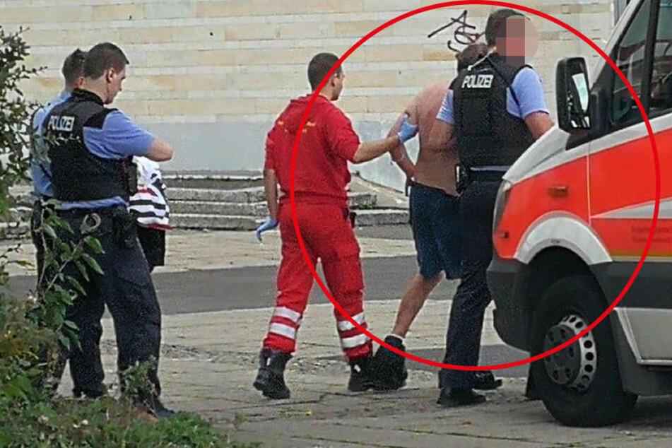 Mitten in der Stadt! Polizei überwältigt völlig betrunkenen Nackten