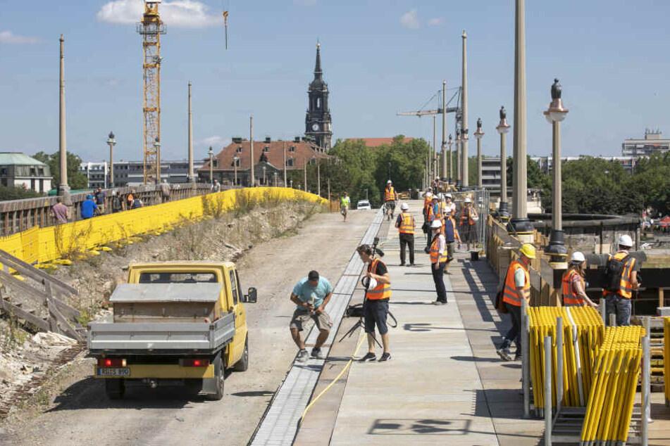 Der Fußweg auf der Oberstromseite der Augustusbrücke ist fertig, ein Stück provisorischer Asphalt wird noch ergänzt.