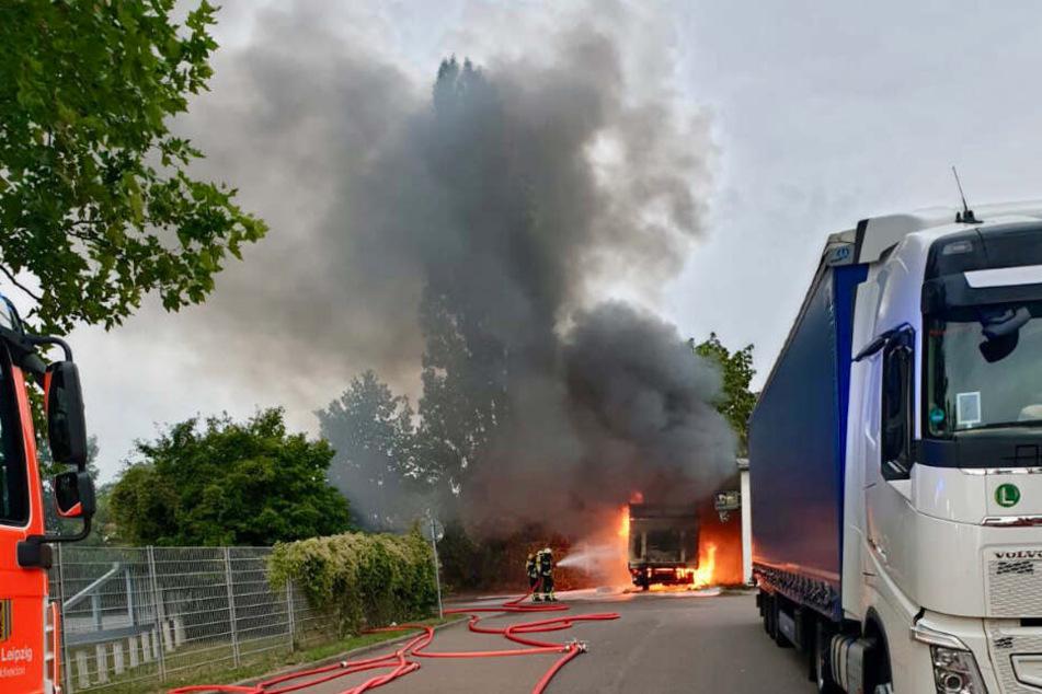 Das Fahrzeug brannte komplett aus und verursachte eine große, schwarze Rauchwolke.