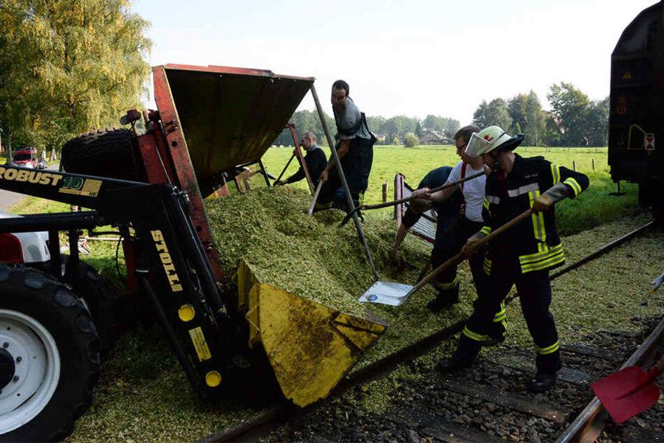 Die Traktor-Fahrerin konnte sich aus dem Führerhaus befreien. Trotzdem wurde sie schwer verletzt.