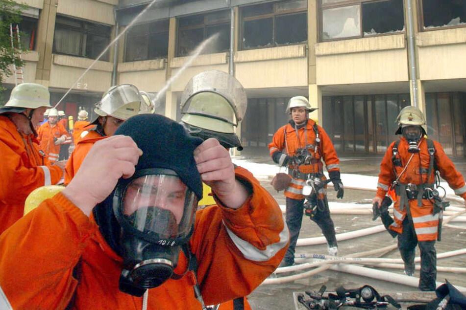 Feuerwehrleute mit Atemmasken (Symbolbild).