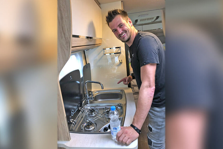 Schlafen, kochen, essen: Alles passiert auf Tour im Wohnmobil. Ric Einenkel (41) guckt noch etwas skeptisch auf die neue Küche.