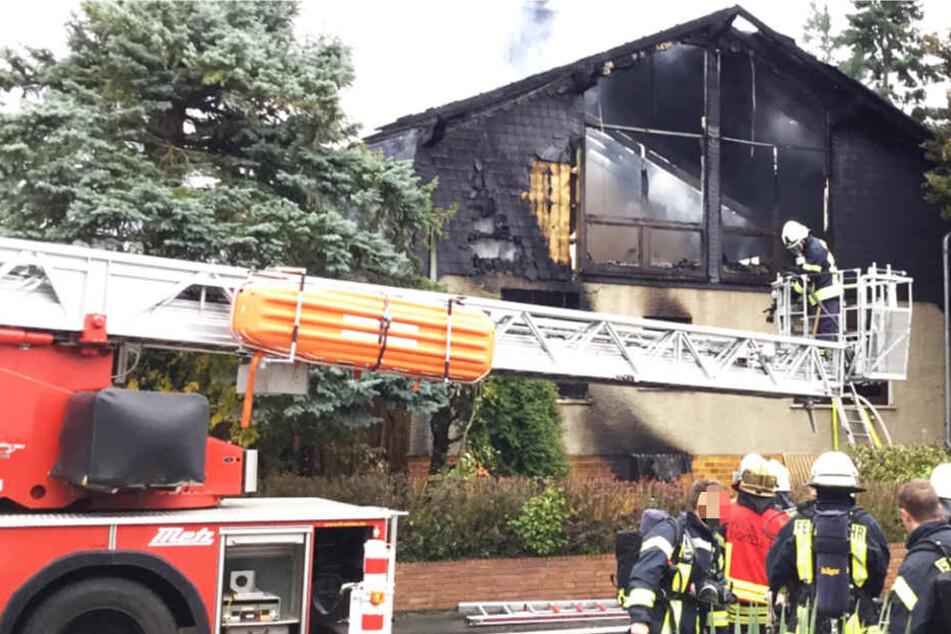 Das Haus brannte komplett aus, die Feuerwehr war mit 80 Einsatzkräften vor Ort.