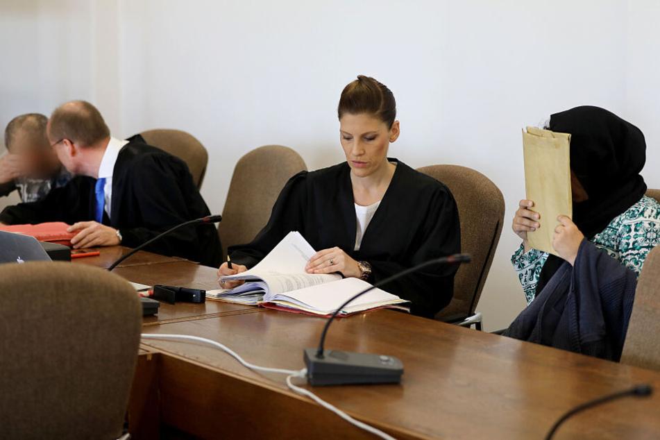 Die Angeklagte (r.) mit ihrer Anwältin.