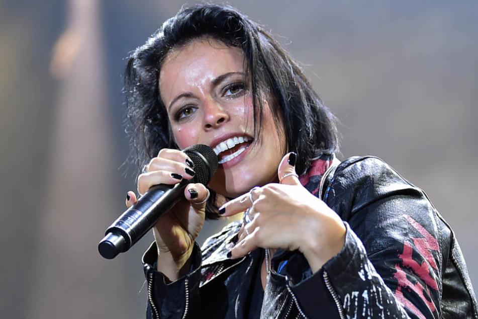 Die Sängerin Stefanie Kloss von der Gruppe Silbermond steht beim Konzert während der Elektronikmess IFA im Sommergarten auf der Bühne.