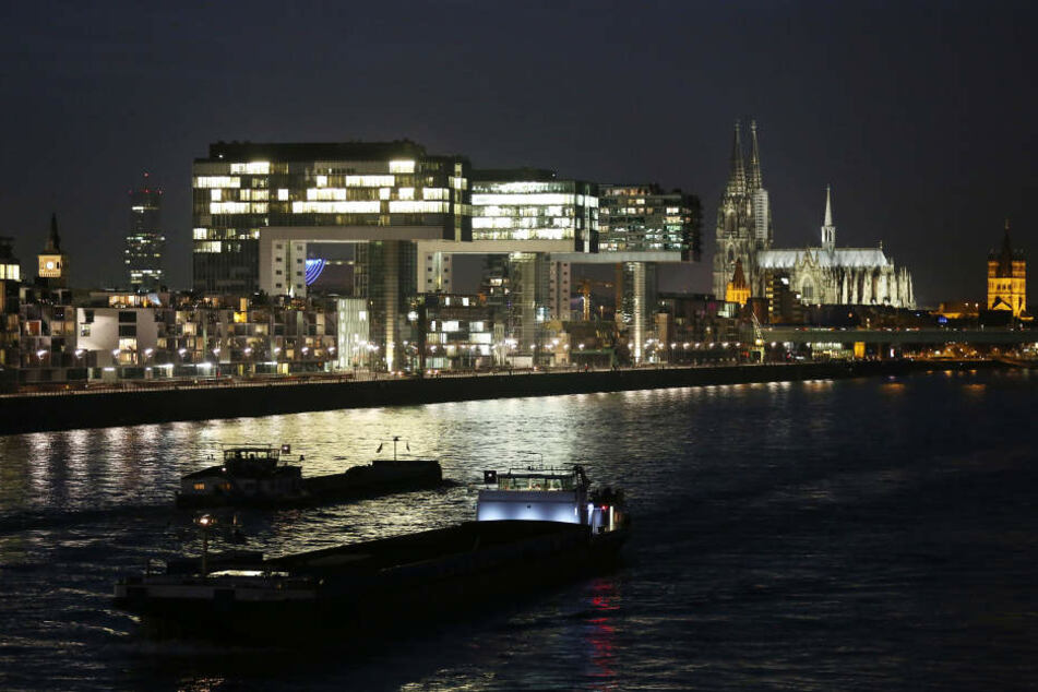 Die Polizei warnt vor den Gefahren der Strömung im Rhein. (Symbolbild)