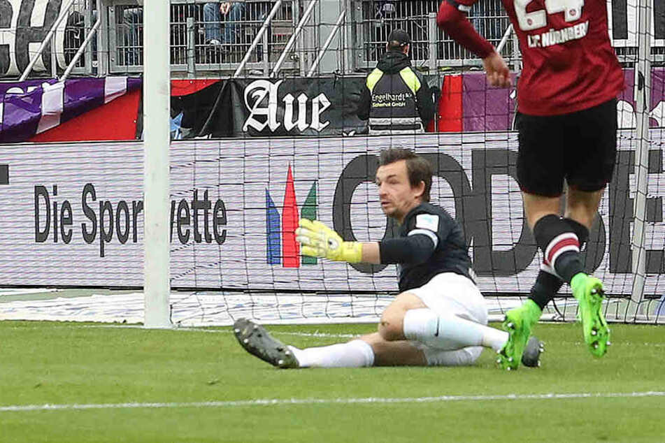 """Ostern 2017: Der FC Erzgebirge Aue verliert beim 1. FC Nürnberg. Zweimal muss """"Veilchen""""-Keeper Martin Männel (am Boden) hinter sich greifen, hier aber verhindert er gegen Tim Matavz einen dritten Gegenteffer."""