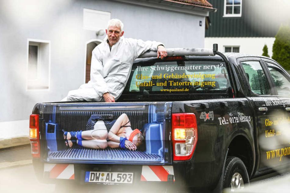 Geht das zu weit? Tatortreiniger Thomas Pauland (53) hat wegen seiner Werbung am Wagen jetzt Ärger mit dem Werberat.