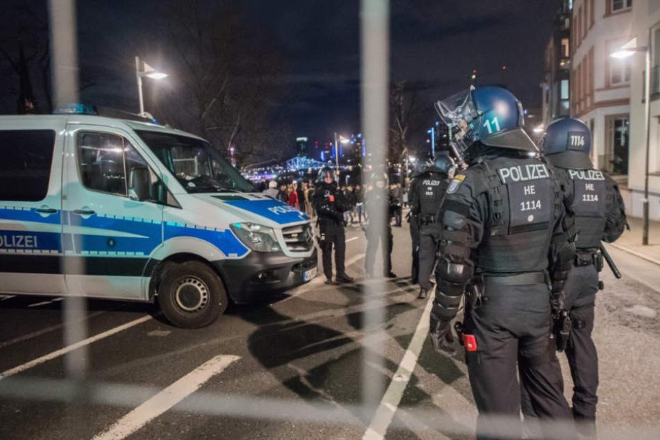Zahlreiche Attacken auf Polizisten und Rettungskräfte nimmt Beuth als Anlass für höhere Strafen (Symbolfoto).