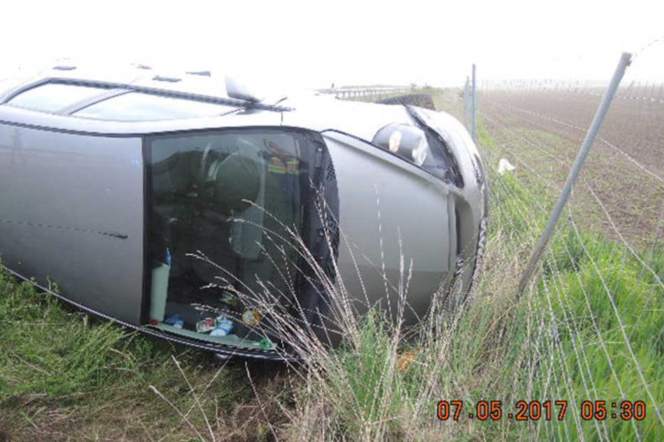 Der Honda-Fahrer landete im Graben, nachdem er von der Fahrbahn abkam und gegen die Mittelleitplanke prallte.