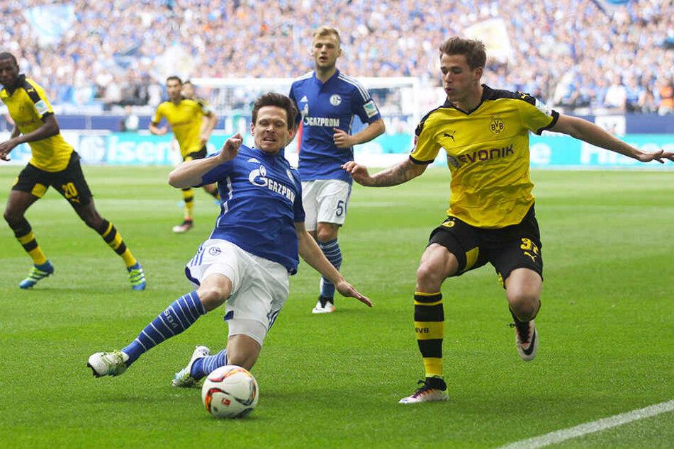 Wechselt Erik Durm (r.) bald die Seiten? 2016 noch im Trikot von Borussia Dortmund, könnte er in der kommenden Saison nun beim FC Schalke 04 spielen.