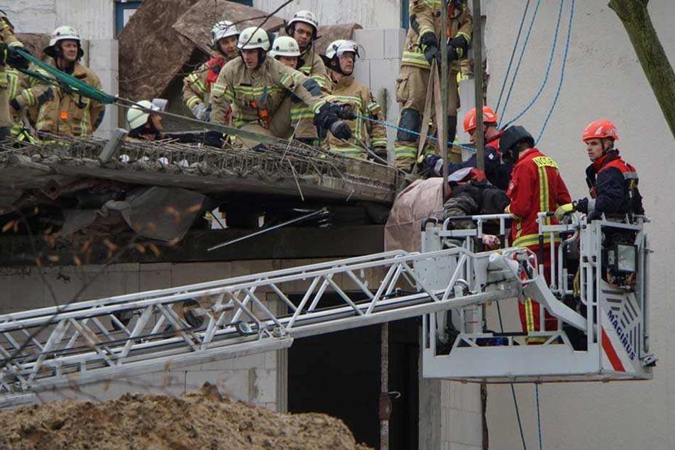 Die Feuerwehr kümmert sich um den eingeklemmten Mann.