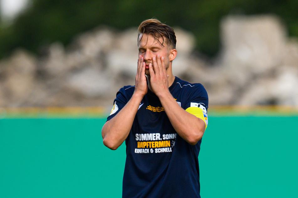 Maximilian Oesterhelweg (31) und der FC Carl Zeiss Jena müssen zittern. Nach einem weiteren Corona-Fall bei Energie Cottbus, droht das für kommenden Mittwoch geplante Spiel auszufallen.