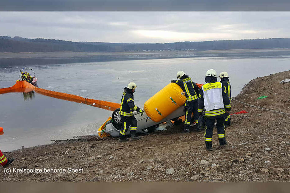 Das Auto wurde von Tauchern entdeckt und mittels Luftkissen aus dem See gefischt. (Bild: Kreispolizeibehörde Soest)