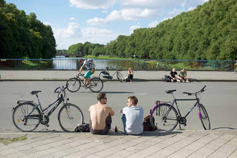 Die Sachsenbrücke ist ein beliebter Treffpunkt der Leipziger Jugend. Hier wollten zwei Frauen (29 und 30) ein Zeichen zum Weltfrauentag setzen.