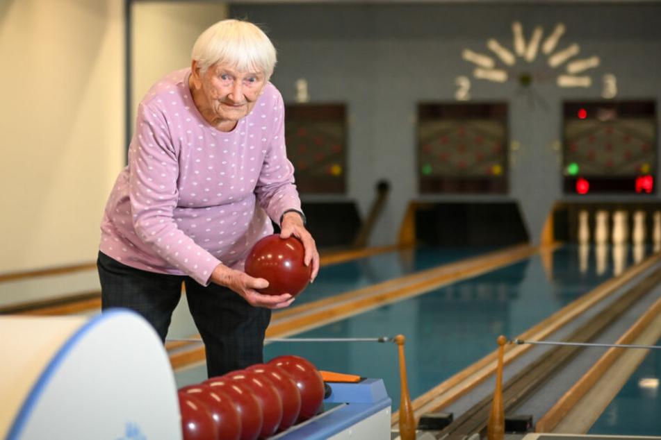 Mit 100 Jahren noch auf der Kegelbahn aktiv: Ingeborg Schmemainda ist Dresdens wohl älteste Sportlerin.