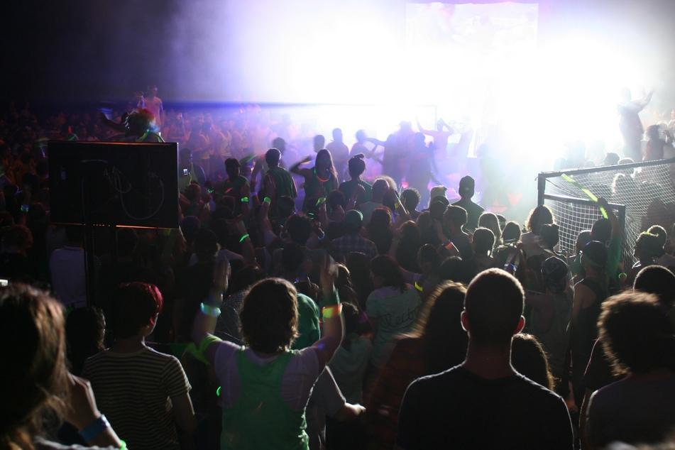Polizei löst Rave-Party mit rund 1200 Gästen auf!