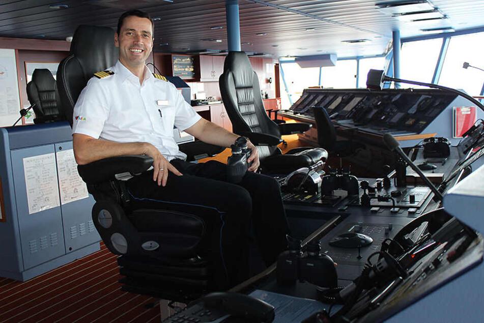 Quasi sein zweites Zuhause: Auf der Brücke seines Schiffs hat Kapitän Jörg Miklitza (45) das Sagen. Ist er an Bord unterwegs, ist das Telefon immer am Mann.