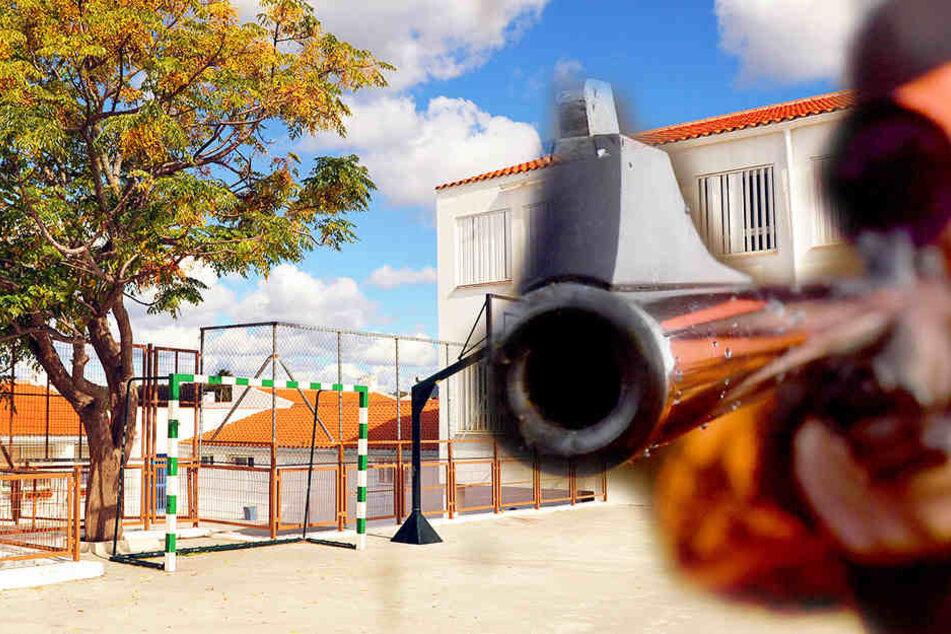 Mit einer Waffe wurde in Görlitz auf eine Schule gezielt. Die Verglasung ging zu Bruch.