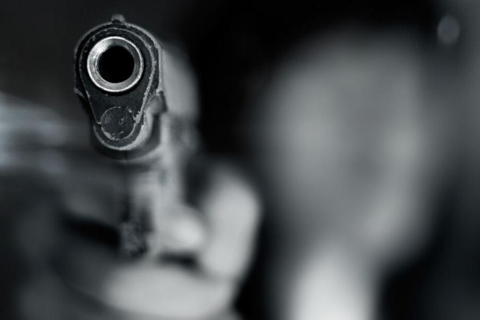 Der 26-Jährige soll auf einem Parkplatz aus einem geparkten Auto heraus ins Gesicht geschossen haben. (Symbolbild)
