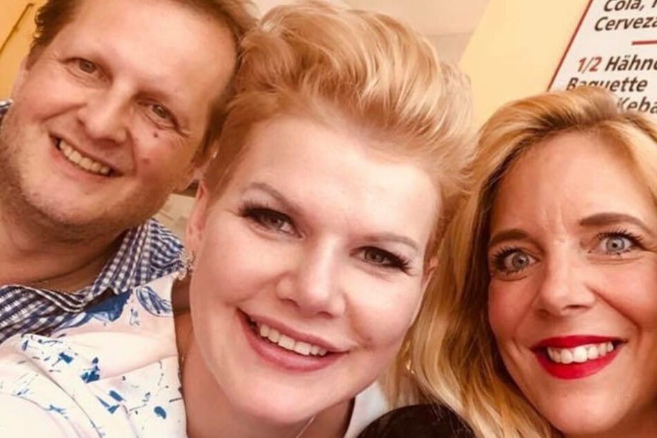 """Noch im Mai begrüßte Melanie Müller (30, M.) Jens und Daniela Büchner zur Eröffnung ihres """"Grillmüllers"""" in Paguera auf Mallorca."""