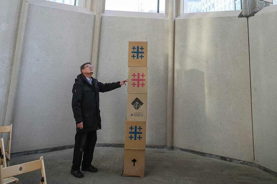 Dieter Zuber vom Förderverein zeigt, an welcher Stelle in der Gedenkstätte die Figur aus Sandstein Mitte Februar stehen wird.