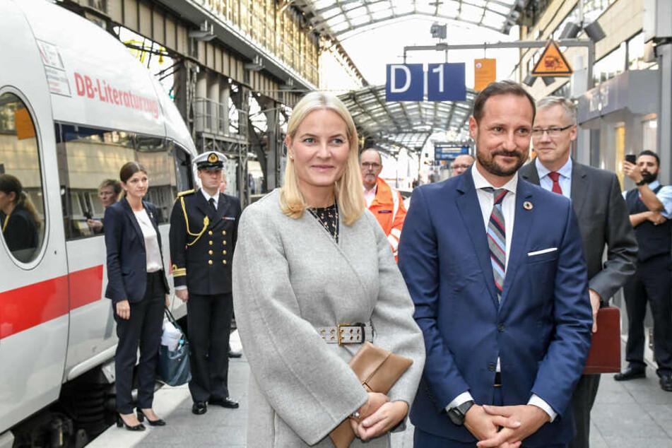 Kronprinzessin Mette-Marit und Norwegens Thronfolger Haakon am Kölner Hauptbahnhof.
