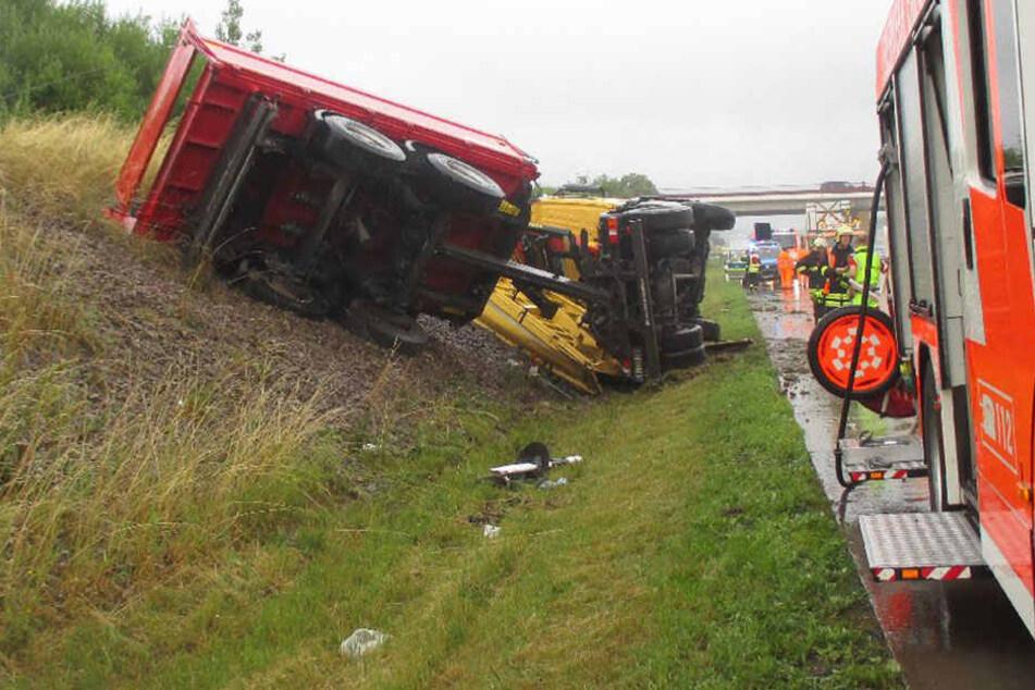 Reifenplatzer: Laster kippt auf Autobahn 4 um