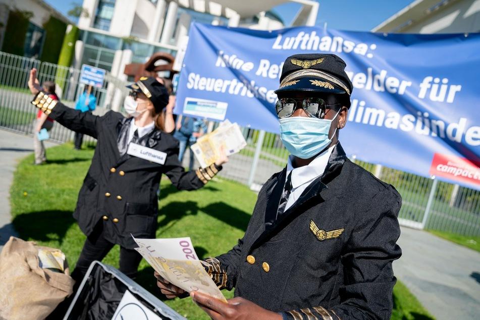 Aktivisten der Kampagnenorganisation Campact protestierten am 27. Mai vor dem Bundeskanzleramt in Piloten-Outfits gegen eine Lufthansa-Rettung ohne Bedingungen.
