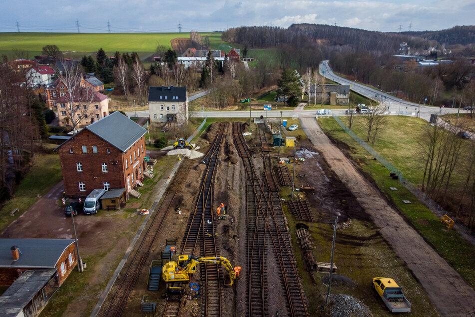 Der Museumsbahnhof Markersdorf-Taura bekommt neue Weichen, weil vor Jahren die Bundesstraße 107 direkt durchs Gelände gebaut wurde.