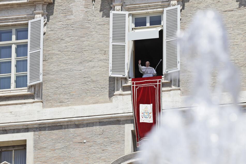 Vatikanstadt: Papst Franziskus winkt aus dem Fenster seiner Arbeitszimmers, als er zum Angelus-Gebet erscheint. (Archivbild)