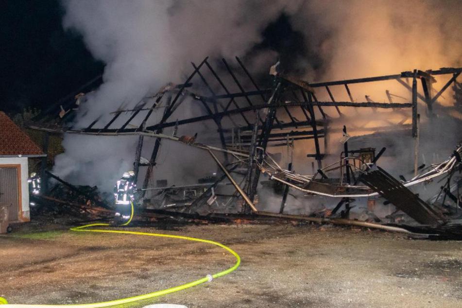 Brand einer Halle in Niederbayern richtet enormen Schaden an