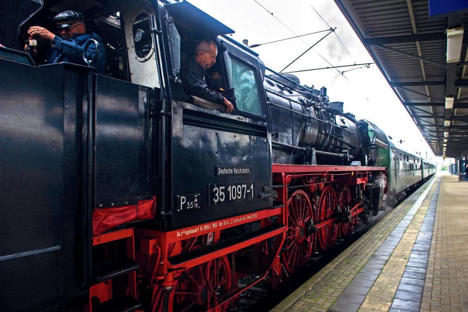 Die Dampflok 351097 ist mehr als 60 Jahre alt und wurde vom Glauchauer Verein liebevoll saniert.