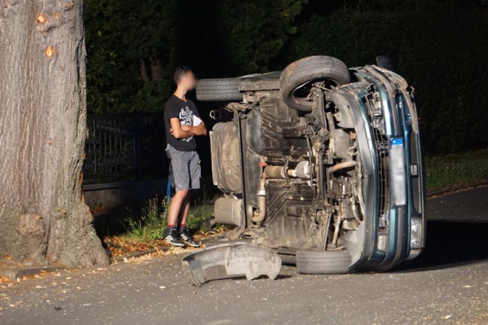 Der 19-jährige Fahrer neben seinem verunfallten Seat.
