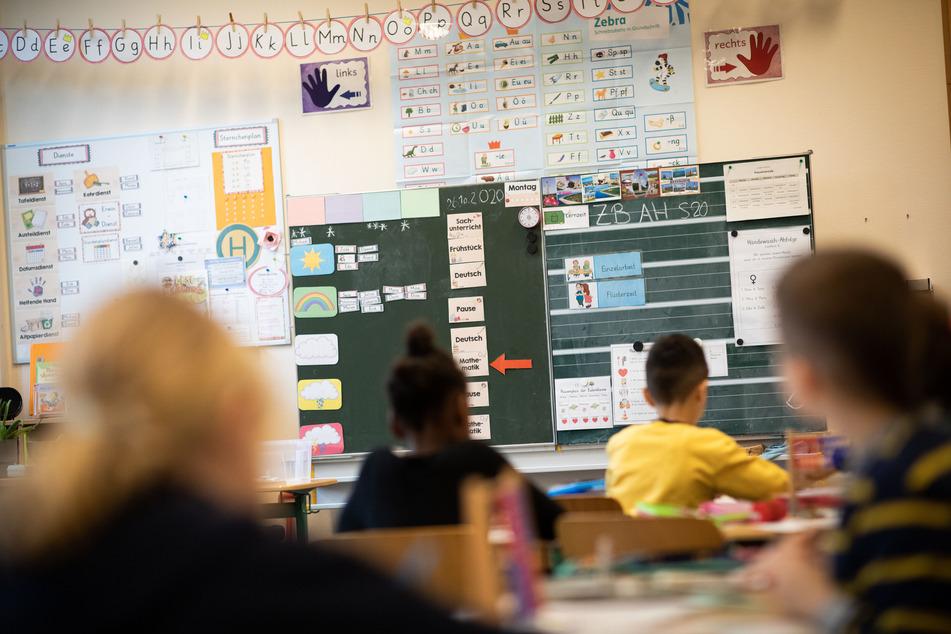 Schüler einer 2. Klasse sitzen in ihrem Klassenzimmer.